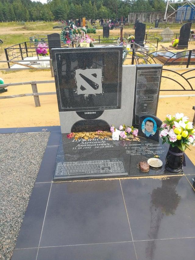 外国一位刀友逝世 亲友为他建造《DOTA2》主题墓碑