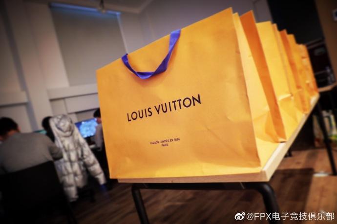 S9冠军候选队FPX战队晒LV包包 每个价值1.5万元