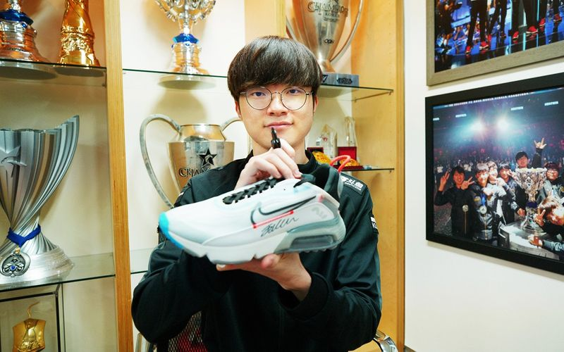 《LOL》李总很开心!T1官推晒出队员喜提新鞋子照片